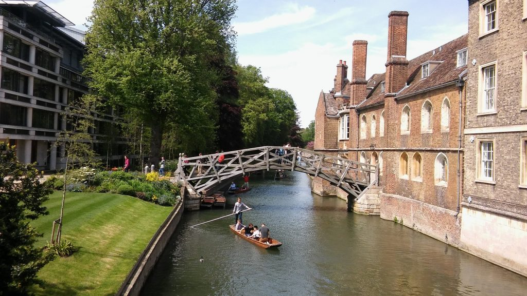 Punting in Cambridge - Romantic things to do in Cambridge